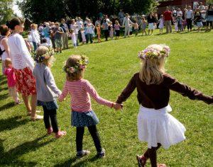 traditional-midsummers-dancing-1432321
